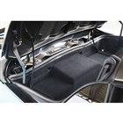 2ピース構造のハードトップは、キャビン背後の収納スペース(容量52リッター)に収まる。