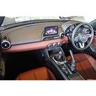 「ロードスターRED TOP」のインテリア。ダッシュボードやシートには赤褐色のナッパレザーを採...