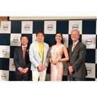 左からボルボ・カー・ジャパンの木村隆之社長、俳優の山本耕史さん、モデルのアン ミカさん、マグヌ...