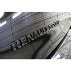 ブラックアウトされた「RENAULT SPORT」のロゴ。