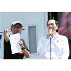 ファンに車両を紹介するルノー・ジャポンの大極 司(だいごく つかさ)社長(右)と、イベントのM...