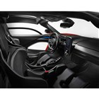 シートは、ワンピース構造のカーボンファイバー製レーシングシートが採用されている。