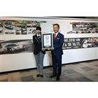 ギネス公式記録認定証を送られるポルシェ ジャパンの七五三木敏幸社長(写真右)。