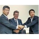 共同開発契約の調印式、左から東芝インフラシステムズ 江草取締役、CBMM マルコス・スチュアート チーフテクノロジーオフィサー、双日 尾藤執行役員