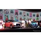 トヨタ・パッソ改良新型発表はファッションブランドとコラボ。向かって左からHONEY MI HONEの箕島三佳代表兼デザイナー、トヨタ自動車国内企画部西祐太朗、CA4LA秋元信広クリエイティブディレクター。