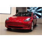 テスラ、最新型EV「モデル3」を国内で披露