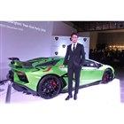 「アヴェンタドールSVJ」は全世界限定900台の生産。ステージ上に展示された車両は、その栄えあ...