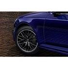 限定車「A4 35 TFSIスポーツ ブラックエレガンス」に装着される、グロスブラックの18イ...