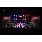「キャデラックXT6」の発表会の様子。ステージに展示された右の車両が「スポーツ」で左が「プレミ...
