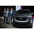 発表会で「キャデラックXT6」を紹介したキャデラックのスティーブ・カーライル社長(写真右端)。...
