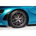 タイヤサイズは、前245/35ZR19、後ろ305/30ZR20。ブレーキにはカーボンセラミッ...