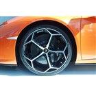 新デザインの20インチホイールを装着。タイヤサイズは前245/30R20、後ろ305/30R2...