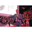 新商品を説明するイタリア本社のプロダクトマネージャー、サムエル・セガーラ氏。