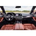 インストゥルメントパネルは、ドライバーの操作性に配慮し、やや運転席側に傾けられている。