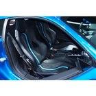 ボディーカラーと同色の鮮やかなブルーのラインが入ったバケットタイプのシートを装着。
