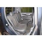 ゆったりとしたリアシートの床下には、脱着式の収納スペースが備わる。