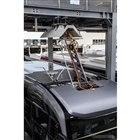 車載パンタグラフと、地上設備天井の給電レールとの組み合わせ。