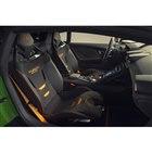 ボディーカラーとコーディネートされた、アルカンターラの新デザインレーシングシートを装着。