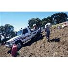 コスタリカの急斜面でニンジンの収穫に携わる光景。