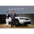 第46回東京モーターショーのプレスカンファレンスの檀上に立ったマツダ代表取締役社長兼CEOの丸...