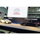 「トヨタ・カローラ」(写真左)と「カローラ ツーリング」。