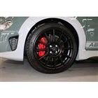 12スポークの専用17インチアルミホイール。ブレーキはブレンボ製のものがおごられる。