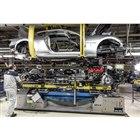 モデナ工場での「グラントゥーリズモ ゼダ」の製造風景。同車両の生産完了に合わせ、工場は高性能ス...