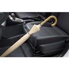 「買い物アシストシート」装着車の助手席には、傘や荷物のホルダーが備わる。