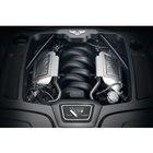 フロントに搭載される最高出力537PS、最大トルク1100N・mを発生する6.75リッターV8...