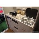 キッチンも完備。スペース的に必要なものを最小限にまとめている。