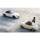 マツダ ロードスター100周年特別記念車(写真は海外仕様車)とR360クーペ