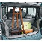 荷室には高さのある荷物も積載可能。