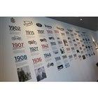 """商談スペースの裏には、トライアンフの歴史を物語る""""年表""""が描かれている。"""