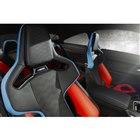 「Mカーボンバケットシート」は、ブラックのフルレザーメリノ表皮にライトブルーとレッドのアクセン...
