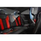 フロントシートと同様のカラーコーディネートで、特別仕立てとされたリアシート。