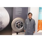 ブリヂストンイノベーションギャラリーの森 英信館長。月面探査機用タイヤとともに。