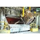 リサイクルされた溶融アルミニウムは、テネシー州Arconic社の操業する溶解炉から吸い上げられた後、保持炉に追加され、部品として鋳造される