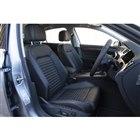 全モデルのフロントシートに、ヒーターと電動調整機構が内蔵されている。上級グレードのシート表皮は...