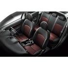 ブラックとレッドのファブリックを組み合わせた専用シートを採用。前席にはヒーター機能が組み込まれ...