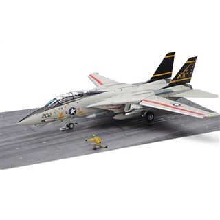 アメリカ海軍「F-14A」後期型の1/48模型、カタパルトでの射出直前シーンを再現