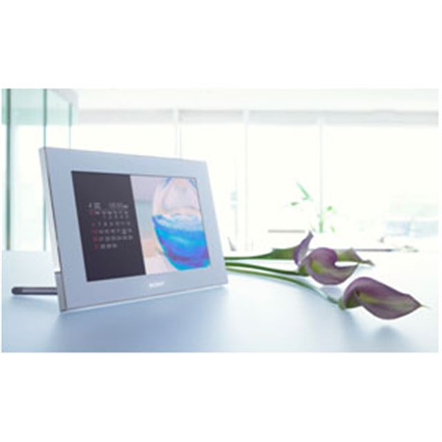 [DPF-V900] クリアフォト液晶/画像処理エンジン「BIONZ」搭載のデジタルフォトフレーム(9型/ホワイト)。市場想定価格は35,000円前後