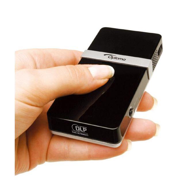 [pocket projector PK101] 重量120gの携帯電話サイズのボディを採用した超小型DLPプロジェクター。価格はオープン