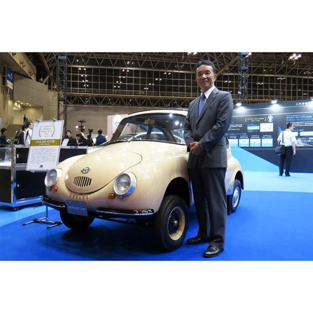 「スバル360」とスバル国内営業本部 マーケティング推進部の小島 敦氏。