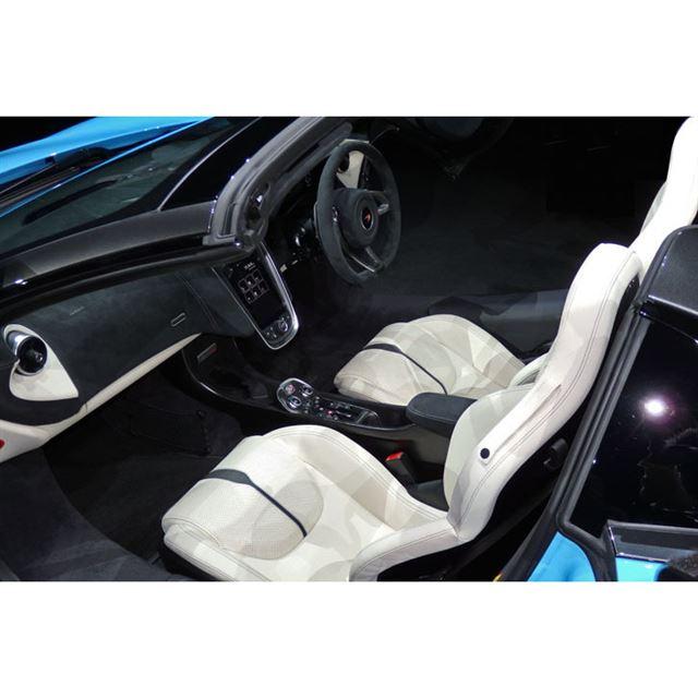 """マクラーレン車のトレードマークである、跳ね上げ式の""""ディヘドラルドア""""が採用されている。"""