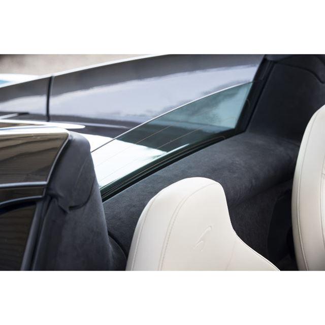 シート背後の垂直のリアウィンドウはガラス製。オープン時にはウインドディフレクターとしても機能する。