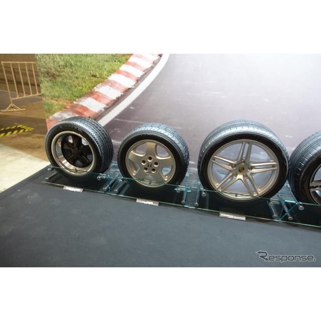 一番左はA008P一本NSX向けのタイヤを挟んで、現行911カレラ用のタイヤ。サイズも大きくなったものだ。時代の移ろいを実感できる。