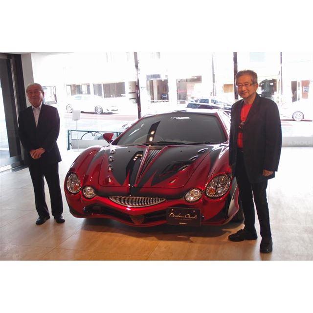 「ミツオカ・デビルマン オロチ」を囲む、光岡自動車創業者の光岡 進氏(写真左)と『デビルマン』...