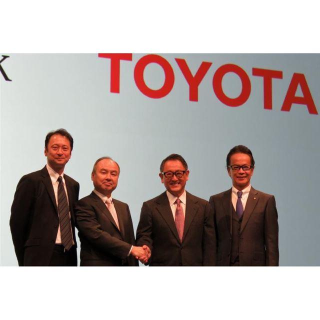 「MONET」の設立発表会に登壇した(右から)トヨタ自動車副社長の友山茂樹氏、トヨタ自動車取締...