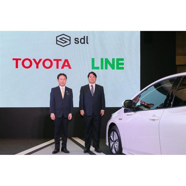 トヨタ自動車の山本圭司常務役員(左)と、LINEの舛田 淳取締役CSMO(右)。