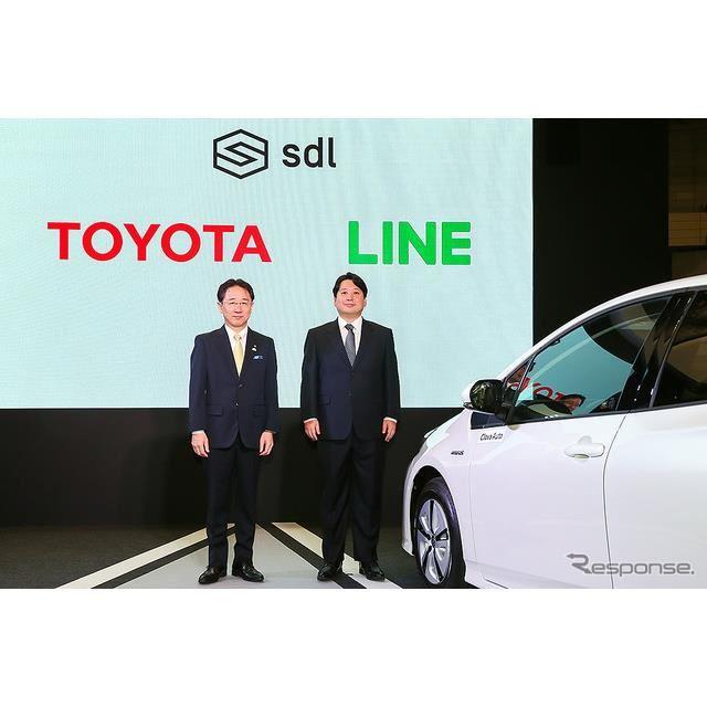 トヨタ 山本圭司 常務役員(左)と、LINE 舛田淳 取締役 CSMO。トヨタ「スマートデバイスリンク(SDL)」記者発表(CEATEC JAPAN 2018)